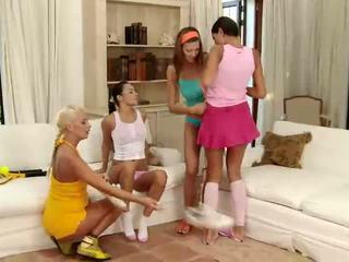 Pārsteidzošās brunete un blondīne lesbietes skūpstošie un aptaustīšana vāvere uz a četri veids lesbiete orgija