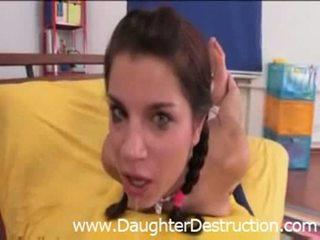 Daddy stuck zijn lul in mijn mond en bips