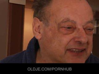 Vieux moche homme baise two stupéfiant jeune filles