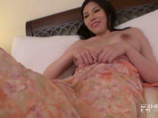 วัยรุ่น เอเชีย ผู้หญิงสวย ด้วย ใหญ่ นม works นี้ คืน.