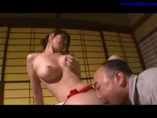 Гаряча матуся мастурбує getting її волохата манда licked і fingered по чоловік на the стіл в the кімната