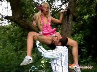 Blondine tiener gets screwed binnenin de bos