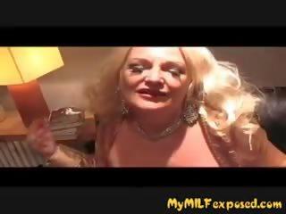 Mans mammīte exposed krūtainas vecmāmiņa uz zeķe nepieredzējošas dzimumloceklis