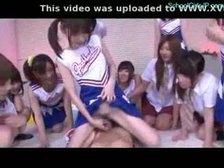 Gadis sekolah dan cheerladers rubbing guy zakar/batang dengan mereka pussi