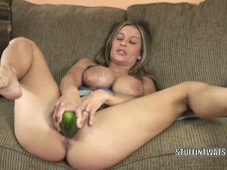 Leeanna hart masturbates met een komkommer