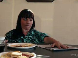 Chastity lynn eats milf cona sob um tabela