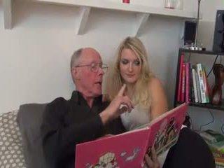 Horký blondýnka fucked podle starý člověk