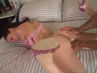Gianna michaels gets a 巨大な コック rammed ダウン 彼女の throat 同時に 彼女 sucks ハード