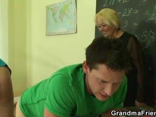 Two gelukkig studs hebben plezier met oud leraar
