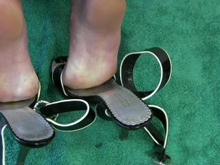 Дружина мастурбація черевиками відео