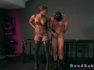 Gros seins noire maîtresse gets minou licked par son esclave