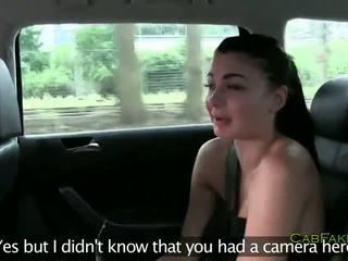 Rasé chatte brunette ado baise en taxi