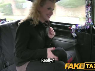 Faketaxi heet blondine toerist does kerstmis anaal