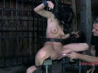 Мадама в латекс костюм gets наказани