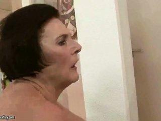 Debelušne babica enjoying umazano seks