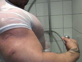 Bi ทางเพศ bodybuilder takes a อาบน้ำ และ mast