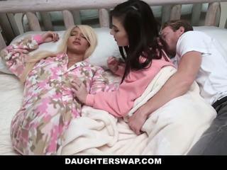 Daughterswap - swapped dhe fucked gjatë sleepover