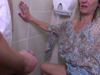 Urineren en ruw neuken met rijpere moeder: gratis hd porno e4
