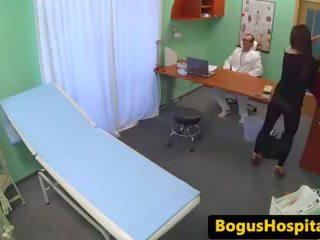Lääkäri eats ja rides patients pillua päällä kirjoituspöytä: vapaa porno c1
