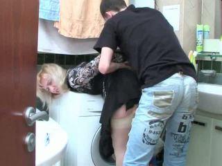 Trưởng thành cô gái tóc vàng và thiếu niên con trai has giới tính trong phòng tắm