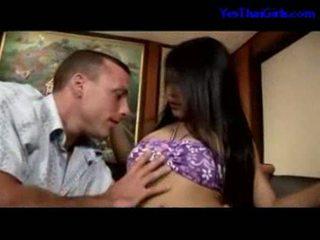 Thajské dievča satie vták getting ju pička fucked na the lôžko