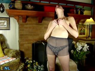 Amerikaans huisvrouw stripping en gevoel ondeugend