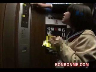 Japoneze nxënëse marrjenëgojë dhe fucked nga mësues në elevato