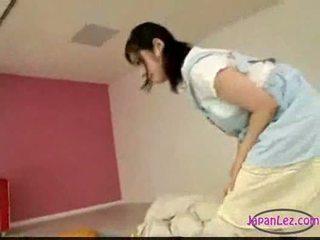 Ázsiai lány maszturálás míg licking ujjazás alvás ön