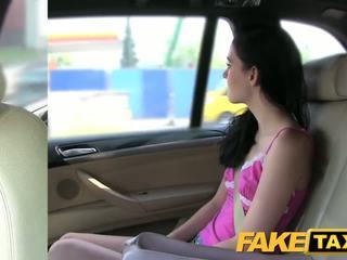 Fake taxi si rambut coklat screams pada besar zakar/batang