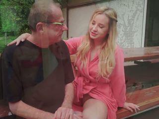 Крок тато fucks молодий володарка licking її ніжки сперма в