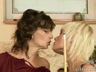 Oma en tiener having lesbisch plezier