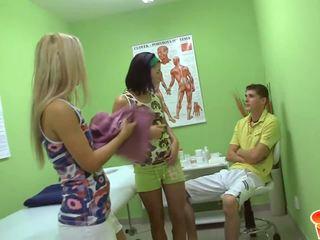 Two nauw bips tieners met geolied booties krijgen vol lichaam massage