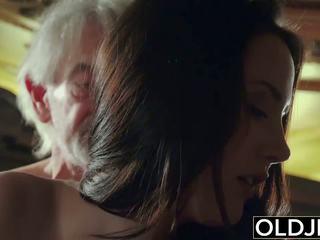 Seksi remaja likes kepada mendapatkan fucked oleh datuk yang lama lelaki.
