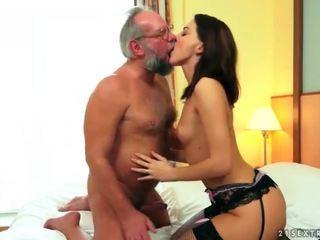 Mooi tiener geniet seks met grootvader
