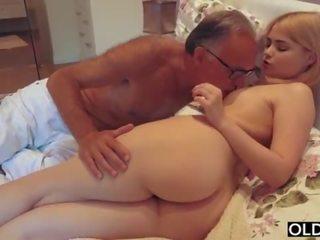 18 yo chica besando y fucks su paso papá en su dormitorio