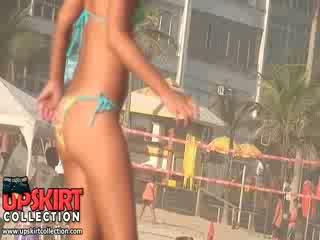 The playful bikini dolls ar pārsteidzošās un svaigs bodies are having pludmale jautrība ar the ball