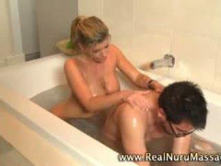 Seksikäs masseuse vauva sucks sisään bath