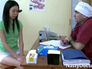 Vecs gynecologist un a pievilcīgas aziāti pusaudze