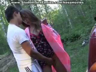 Gençler seks içinde the çalkalayın üzerinde bir picnic