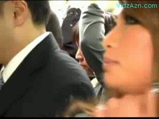Monet schoolgirls patting guy rubbing nykiminen kukko päällä the bussi