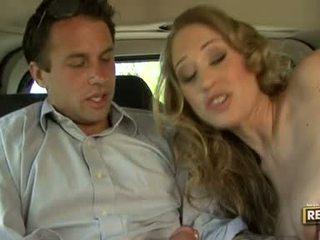 Heet blondie abby rode deliciously pleasures haar mond met een lul plugged op het