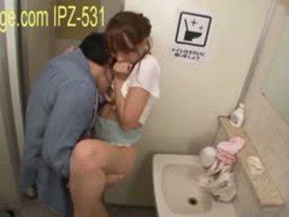 Nhà vệ sinh đĩ lõi cứng
