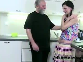 Potrebni vitke punca lets old man zapeljitev ji, potem jezen boyfriend joins getting fafanje