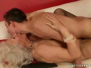 Heet rondborstig grootmoeder neuken een jongen