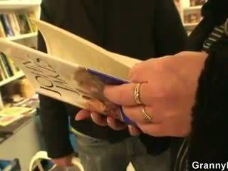Vet rijpere boekenwurm is seduced en geneukt door jong guy