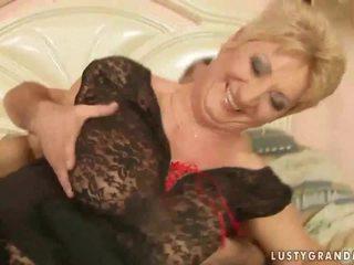 奶奶 在 鱼网 丝袜 enjoys 热 性别