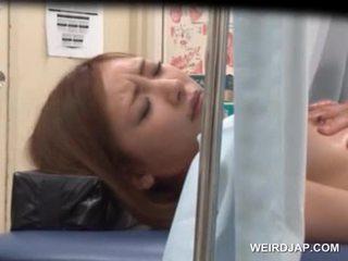 Азиатки sweetie gets тя грабване licked от lusty лекар