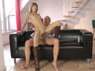 Tenger jong meisje en haar ouder baas na werk.
