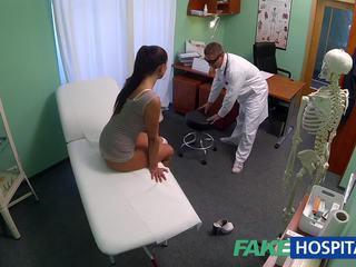 Fakehospital قذر جبهة مورو جنس addict gets مارس الجنس بواسطة ال الطبيب