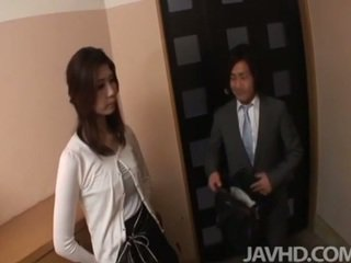 Възбуден businessman seduces секси пума